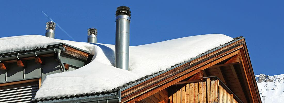 Abgasanlage am Haus im Winter