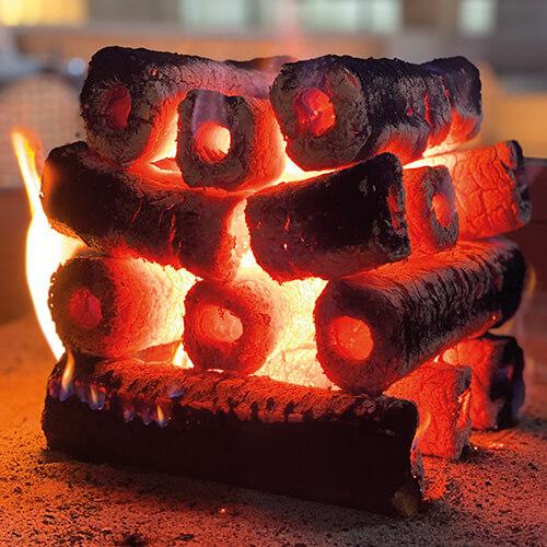 brennende PiniKay Holzbriketts